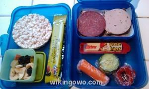 Przykładowe madpakke- to po lewej to jest batonik składający się z prasowanych, suszonych owoców. (Zdjęcie z internetu, jakoś nie odważyłam się fotografować dziecięcych śniadań ;) )źródło internet